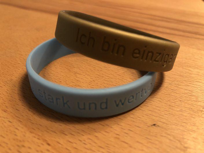 Dieses Armband bekommen die Klienten nach der Hypnosetherapie als Geschenk
